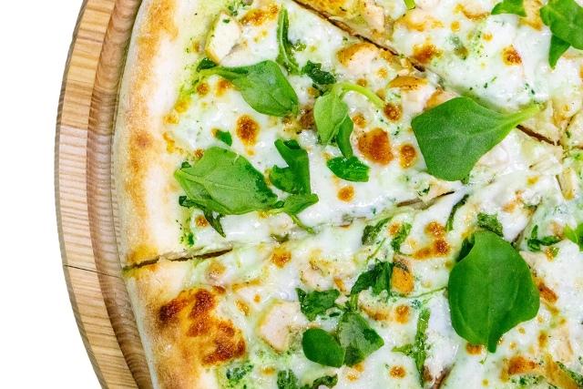 pizza con queso fresco y espinacas